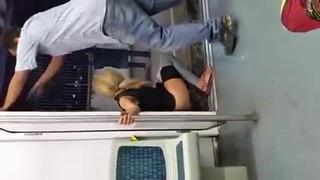 Velha muito doida mijando no vão do trem   Porno Cafajeste