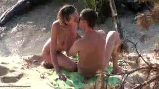 Casal Masturbando Escondido Na Praia