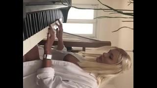 Tocando Piano Com As Tetinhas De Fora